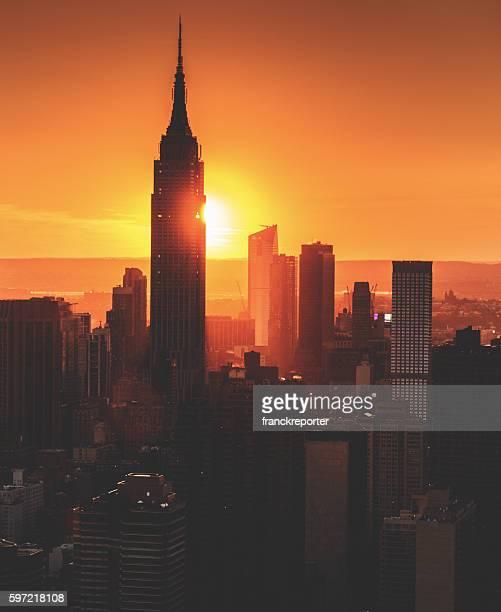 vista aérea de la ciudad de nueva york horizonte del empire state - new york state fotografías e imágenes de stock