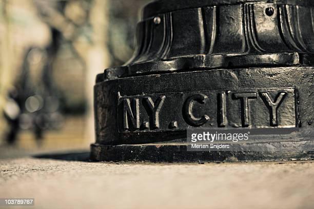 new york city branding detail on lamp post at battery park. - merten snijders stockfoto's en -beelden
