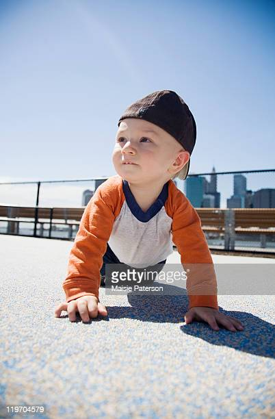 usa, new york city, brooklyn, baby boy (0-1 years) crawling on sidewalk - 0 11 monate stock-fotos und bilder