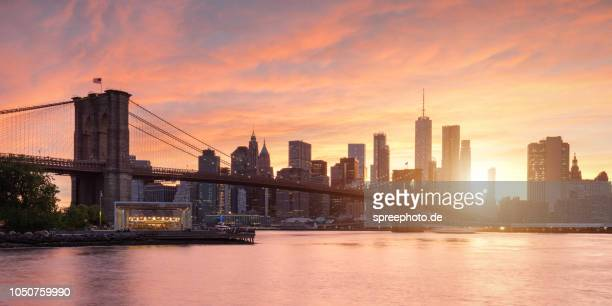 new york city, brooklyn bridge skyline panorama - stad new york stockfoto's en -beelden