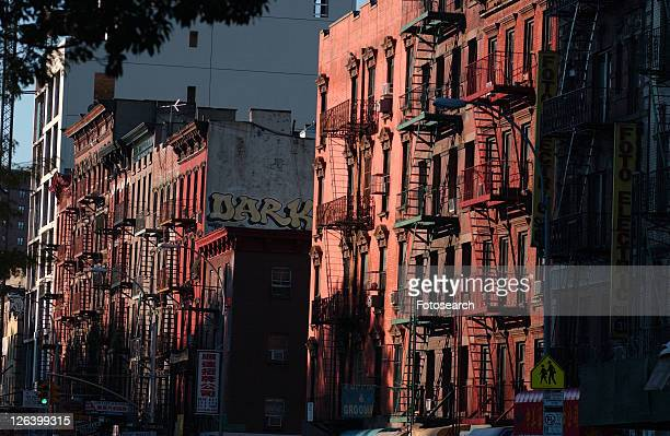 new york city - lower east side - red buildings - 東 ストックフォトと画像