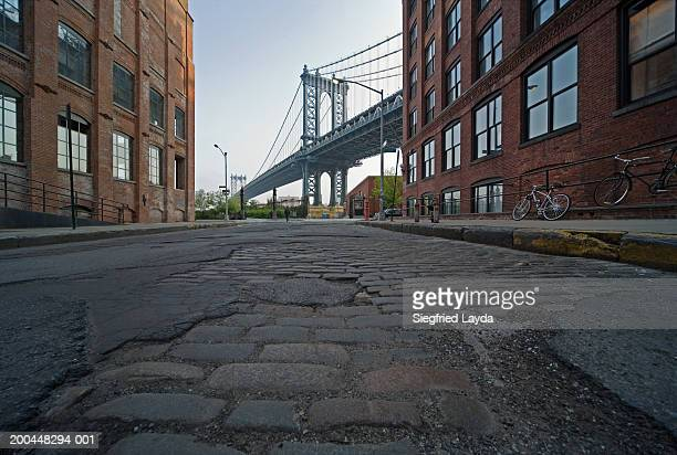 usa, new york city, manhattan bridge, view from cobbled street - vista de ângulo baixo - fotografias e filmes do acervo