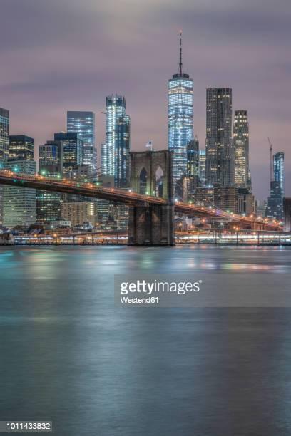 usa, new york city, manhattan, brooklyn, cityscape with brooklyn bridge at night - puente de brooklyn fotografías e imágenes de stock
