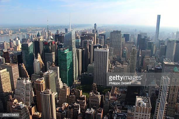 usa, ny, new york city, manhattan, midtown manhattan skyline - ブライアント公園 ストックフォトと画像
