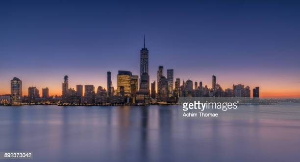 new york city, manhattan skyline at sunrise, usa - color tipo de imagen fotografías e imágenes de stock