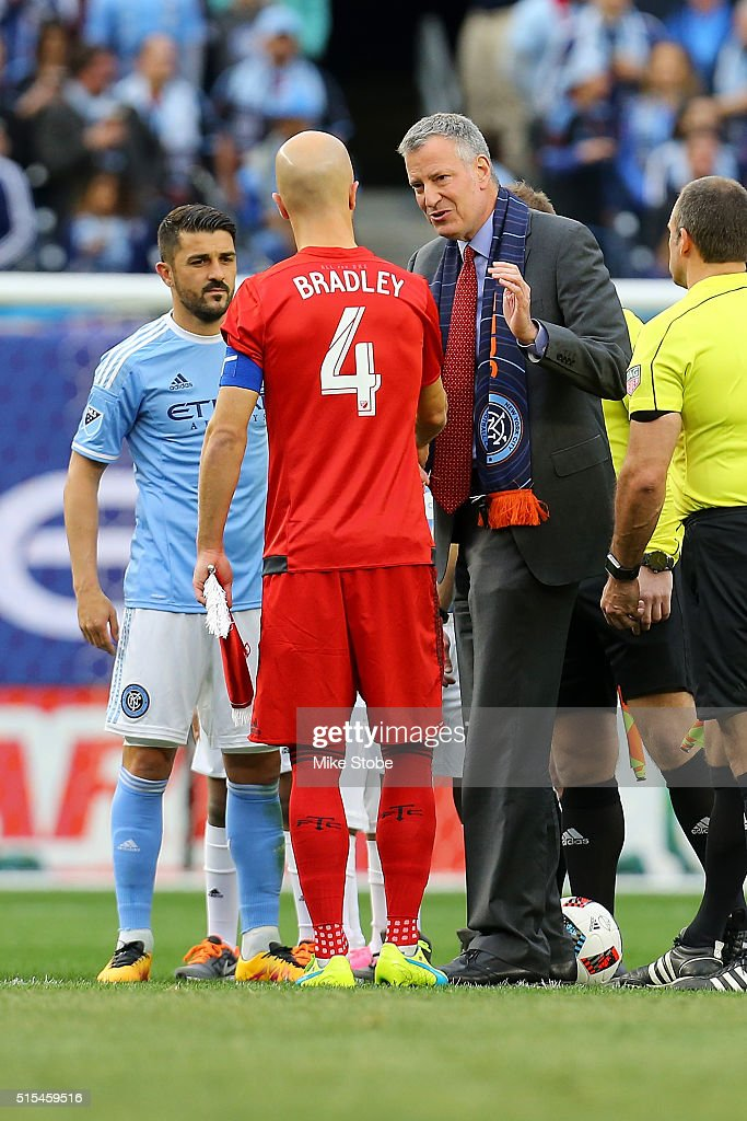 New York City Mayor Bill de Blasio, Michael Bradley #4 of Toronto FC and David Villa #7 of New York City FC shake hands prior to the start of the match at Yankee Stadium on March 13, 2016 in the Bronx borough of New York City.