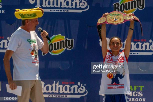 New York City Mayor Bill De Blasio presents the championship belt to Michelle Lesco at the women's 2021 Nathan's Famous 4th Of July International Hot...