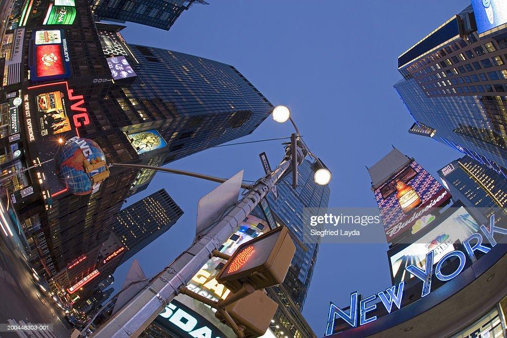 USA, New York City, neon-lit buildings and road sign (fisheye lens) : Foto de stock