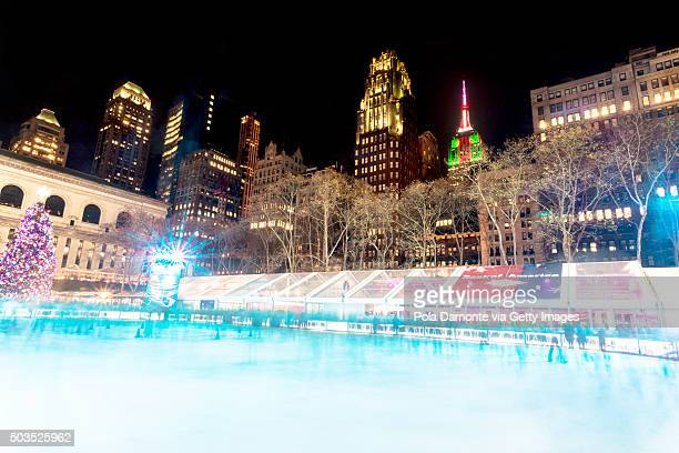 new york city skating rink at night illuminated for christmas - bryant park stock pictures, royalty-free photos & images