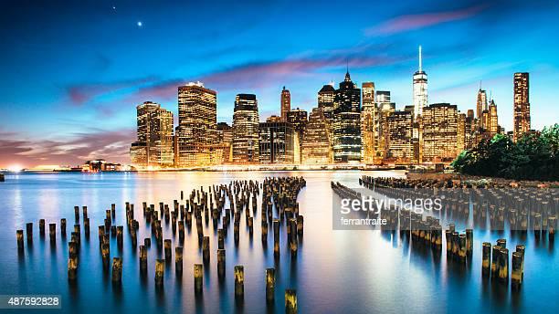 Skyline von New York City in der Abenddämmerung