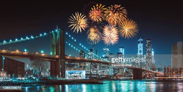 new york city skyline in de nacht met vuurwerk - new york city stockfoto's en -beelden