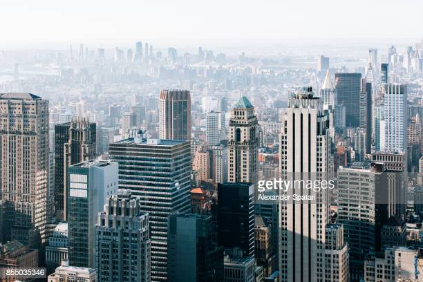 new york city skyline in the morning, united states - wolkenkrabber stockfoto's en -beelden