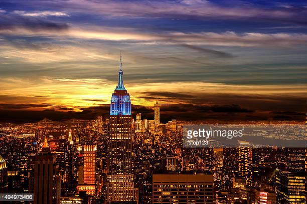 Edificios de la ciudad de Nueva York. La noche. Edificio Empire State. Cielo al anochecer.
