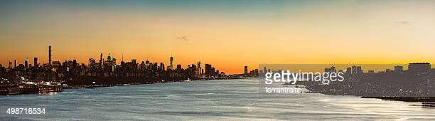Panorama de la ciudad de Nueva York sobre el río Hudson en la puesta de sol