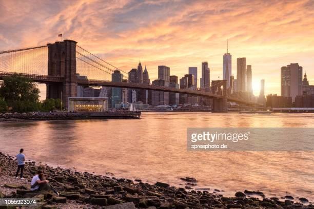 new york city skyline panorama - brooklyn bridge park stock-fotos und bilder