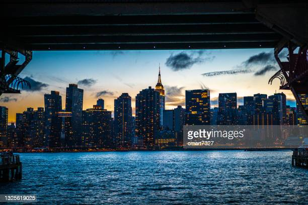 new york city skyline - queens new york city stock pictures, royalty-free photos & images