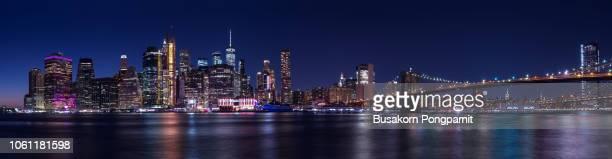 new york city skyline with brooklyn bridge and lower manhattan view at night - brooklyn new york 個照片及圖片檔