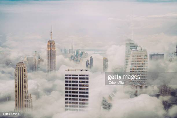 skyline van new york city met wolken - wolkenkrabber stockfoto's en -beelden