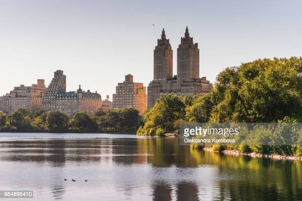 new york city skyline with skyscrapers in the evening. - istock photos et images de collection