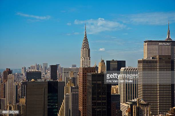 new york city skyline with the chrysler building - eric van den brulle stockfoto's en -beelden