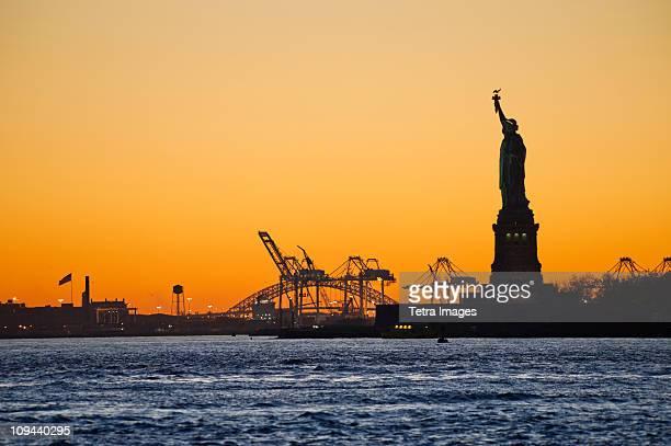 usa, new york city, staten island, harbor and silhouette of statue of liberty in background - ilha staten - fotografias e filmes do acervo