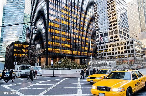 new york city street scene - パークアベニュー ストックフォトと画像