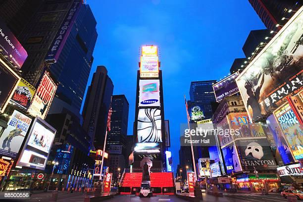 new york city, times square at dusk - マンハッタン タイムズスクエア ストックフォトと画像