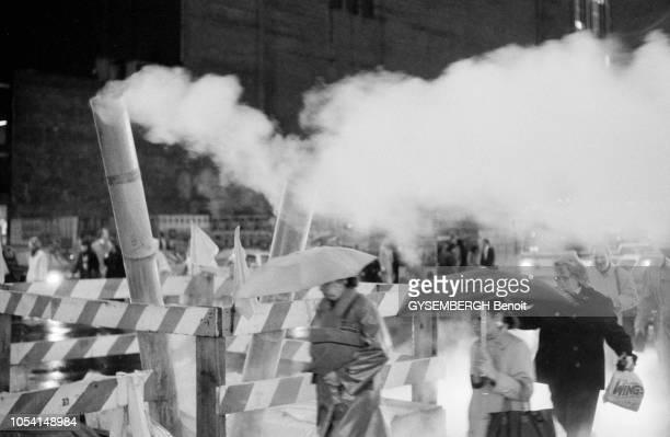 New York EtatsUnis automne 1989 Passants marchant au milieu des nuages de vapeur sortant des bouches de chaleur
