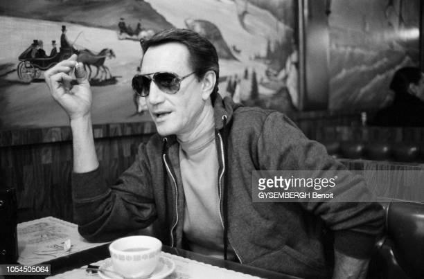 New York EtatsUnis janvier 1983 L'acteur américain Roy SCHEIDER dans le coffeeshop 'The Three Guys' sur Madison Avenue Ici posant assis à une table...