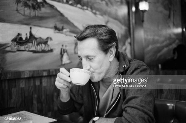 New York EtatsUnis janvier 1983 L'acteur américain Roy SCHEIDER dans le coffeeshop 'The Three Guys' sur Madison Avenue Ici buvant sa tasse de thé...