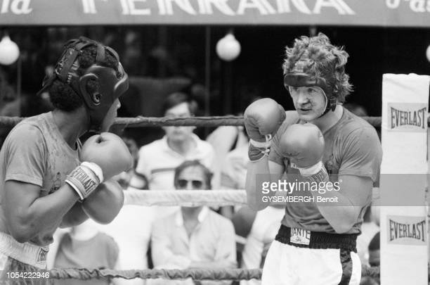 New York, Etats-Unis, juillet 1981 --- Combats de boxe opposant des enfants et jeunes adolescents organisés dans la rue à Mulberry Street, dans...