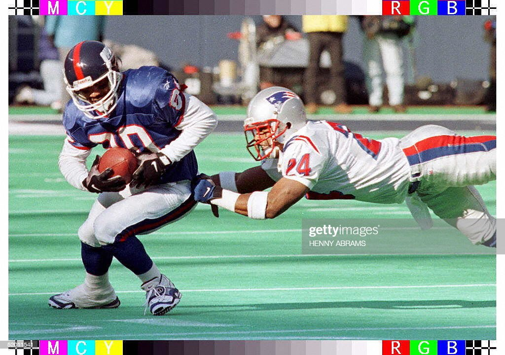 New York Giants' Chris Calloway (L) is tackled by : News Photo
