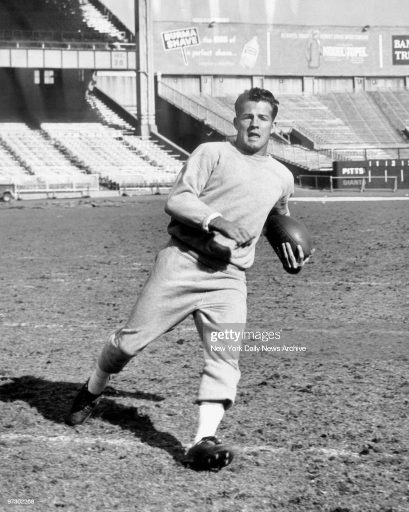 New York Giants' Frank Gifford runs with the ball during pra : ニュース写真