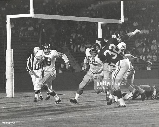 New York Giants Hall of Fame running back Frank Gifford runs behind guard Darrell Dees on a sweep in a 31-24 win over the Los Angeles Rams on...