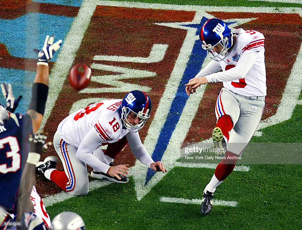 New York Giants\' place kicker Lawrence Tynes nails a 32-yard ...