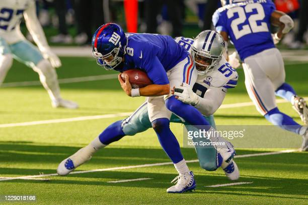 New York Giants Quarterback Daniel Jones breaks out of a tackle by Dallas Cowboys Linebacker Aldon Smith during the NFL game between the New York...