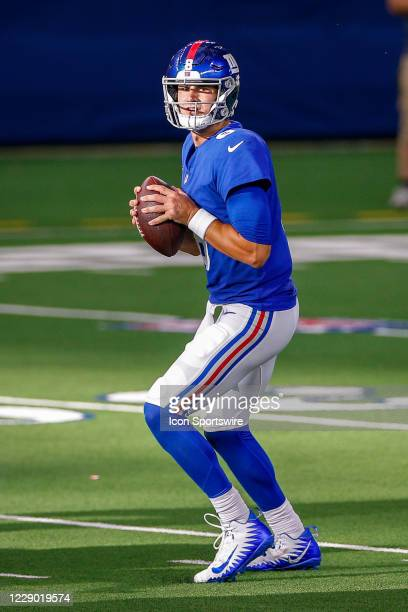 New York Giants Quarterback Daniel Jones drops back to pass during the NFL game between the New York Giants and Dallas Cowboys on October 11, 2020 at...