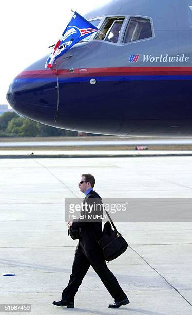 New York Giants quarterback Kerry Collins walks to the team bus 21 January 2001 after departing a chartered United Airlines flight at the Tampa...