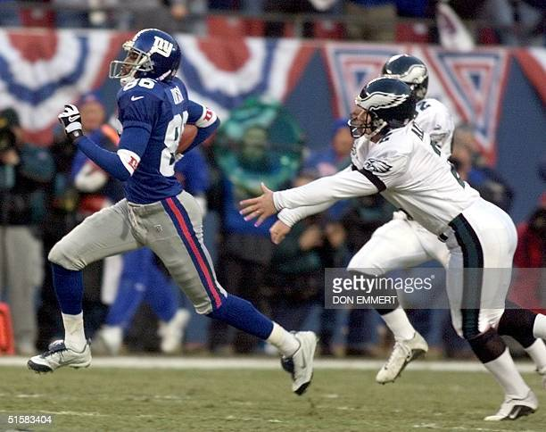 New York Giants' Ron Dixon gets past Philadelphia Eagles' kicker David Akers on the opening kick of the NFC Divisional playoff game 07 January at...