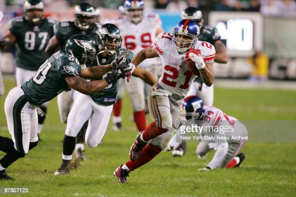 New York Giants' running back Tiki Barber makes a 44 yard run to set up a field goal at the end of the second quarter of the NFC wildcard game...
