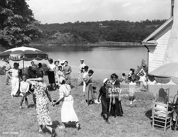 USA New York Hyde Park AfroAmericans at the Hudson River bankVintage property of ullstein bild