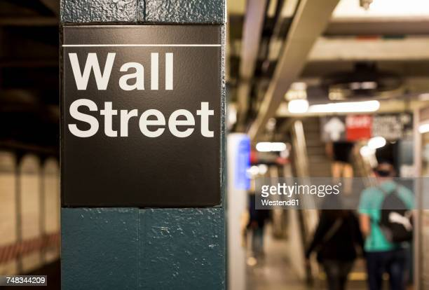 usa, new york, manhattan, wall street sign at underground station - börse new york stock-fotos und bilder