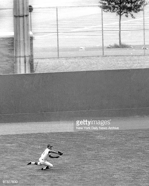 New York Mets' Cleon Jones sequence of diving catch 2 Jones clenches Tommy Helms' sinker