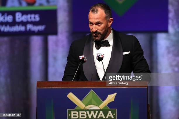 New York Mets manager Mickey Callaway introduces National League Manager of the year Brian Snitker of the Atlanta Bravesduring the 2019 Baseball...