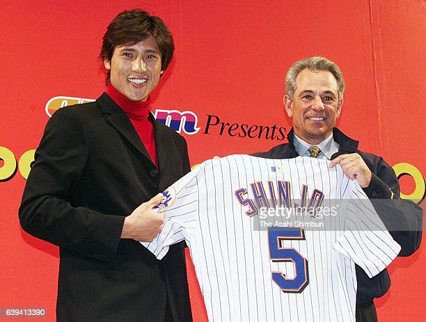 New York Mets new signing Tsuyoshi Shinjo and manager Bobby Valentine pose for photographs at Tokyo Big Sight on December 16 2000 in Tokyo Japan