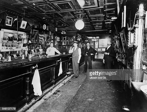 USA New York New York City Bar with wooden furnishing and pictures on the ceiling around 1905 Vintage property of ullstein bild