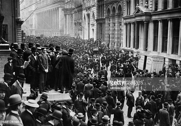 USA New York New York City Crowds gathering in front of the New York Stock Exchange Wall Street 1907 Photographer Philipp Kester Vintage property of...