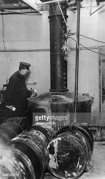USA New York New York City Era of Prohibition Illicit distillery that was seized in Brooklyn 1929 Vintage property of ullstein bild