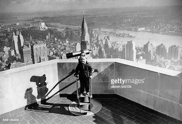 USA New York New York City Erich Kleiber's son on the tower of the Empire State Building 1934 Published by 'Die Dame' 6/1934 Vintage property of...