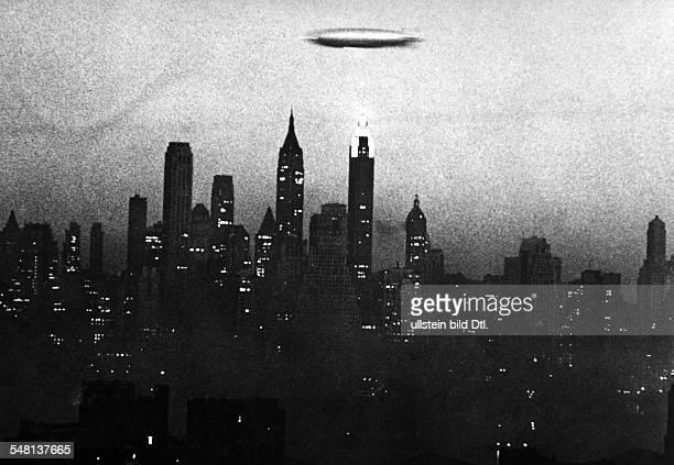 USA New York New York City Hindenburg Zeppelin flying over New York undated Vintage property of ullstein bild
